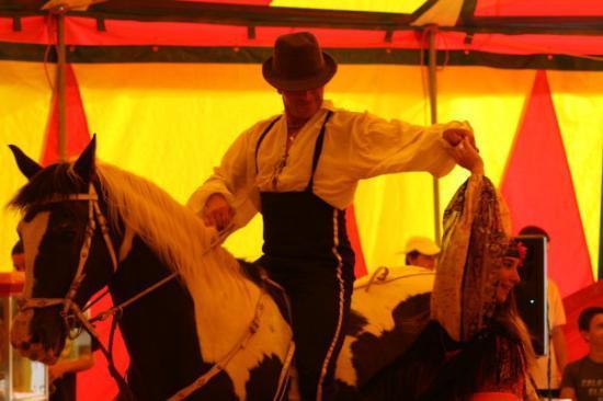 danse tsigane avec un magnifique balai equestre